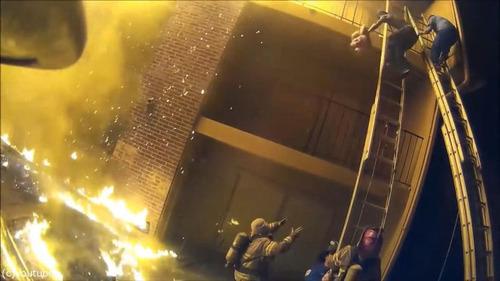 火事で3階から投げられた娘を消防士が受け止める02