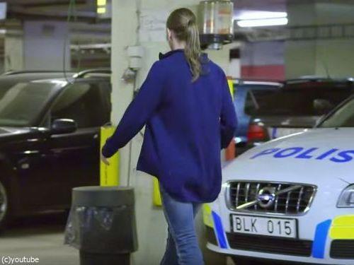 ビキニの女性警官、スリを現行犯逮捕する瞬間を激写される00
