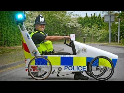 英警察が足こぎカー00