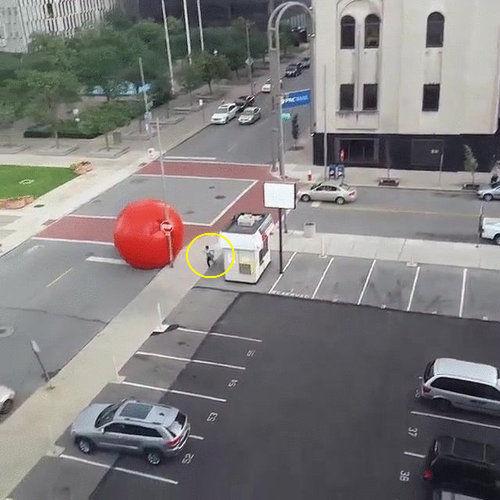 巨大な赤いボールが転がる01