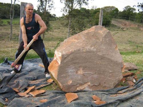 岩を斧で削った結果01