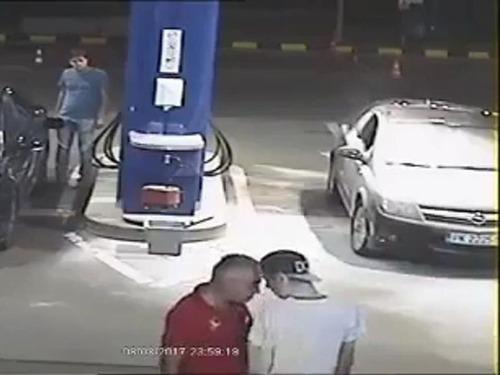 ガソリンスタンドでタバコを吸う客08