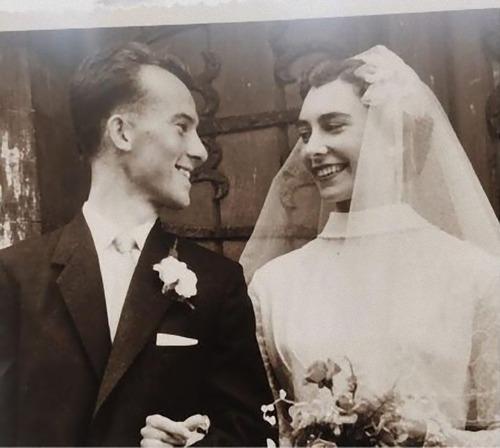 60年経ってもおばあちゃんを見つめるおじいちゃん01