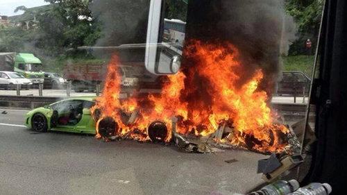 ランボルギーニ3台が燃える02
