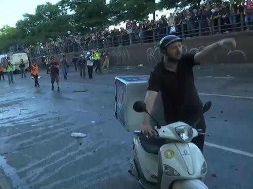 G20のデモ衝突のど真ん中にピザ配達06