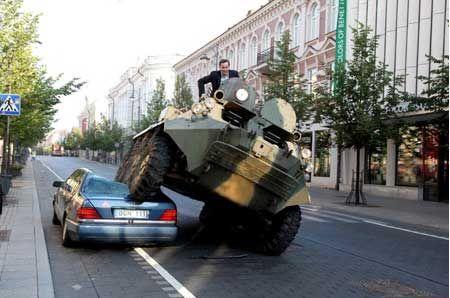 装甲車で違法駐車を潰す01