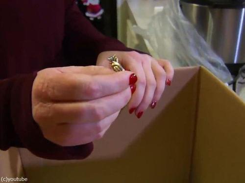 家電の箱の中に結婚指輪00