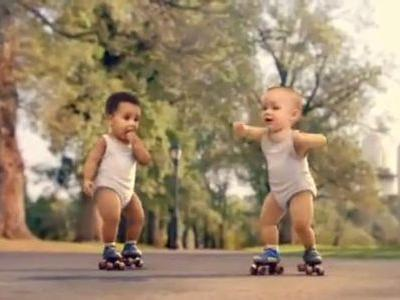 赤ちゃんのクールなローラースケート