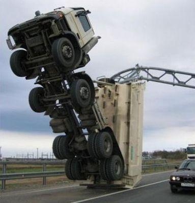 大型トラックがウイリー02