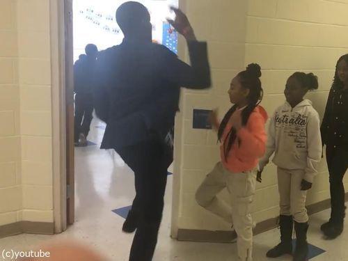 先生が生徒にオリジナルの握手をしてから授業開始07