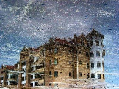 水たまりから見た建物04