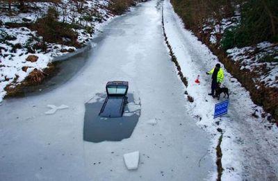 氷の張った氷の上を車で走行03
