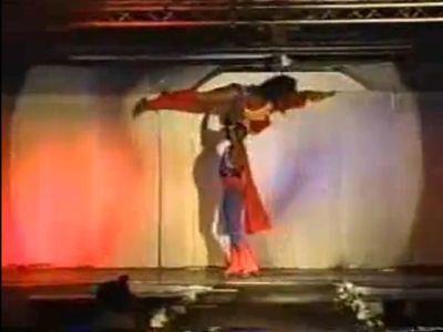 ダンス女王のエネルギッシュなダンス
