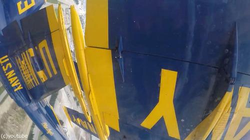 アクロバット飛行隊の飛行機同士の近さ01