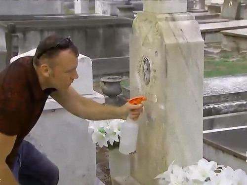 退役軍人の墓を磨く男性01