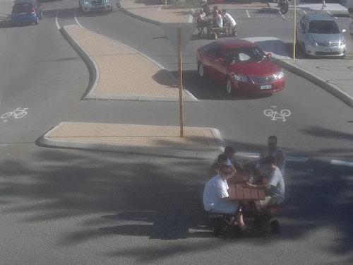 動くピクニックテーブルでビール05