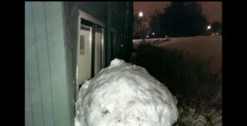 雪だるまで建物が破損04