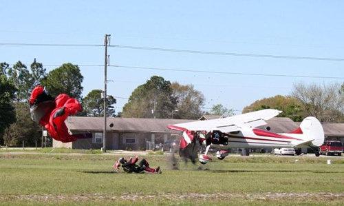 スカイダイバーと飛行機が衝突08