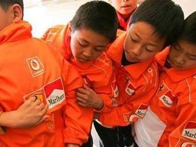 中国の小学校の制服がF1ドライバーのようにTOP