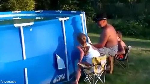 おじいちゃん「プールの水を空にするよ!」02