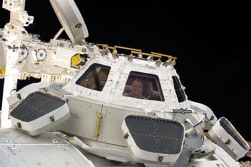 宇宙から地球を眺める女性飛行士02