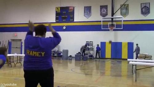 バスケのロングシュートに挑戦したママ06