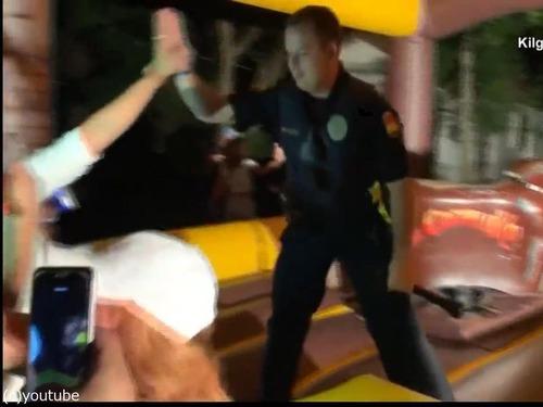 テキサス州の警官、ロデオの腕前を見せる05