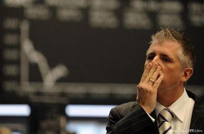 職場で嘆く男たち…金融危機の悲劇04