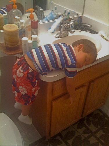 洗面所に来たら気絶していた男の子01