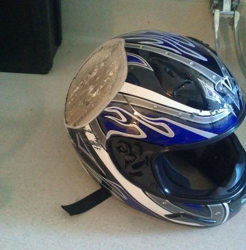 バイク事故後のヘルメット02