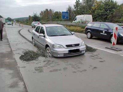 コンクリートにはまった自動車