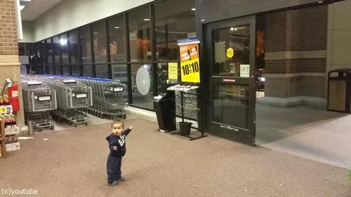 自動ドアを初めて見た男の子01
