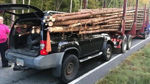 トラックの材木が突き刺さるも運転手無事02
