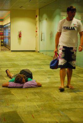 空港で眠りこける人々01