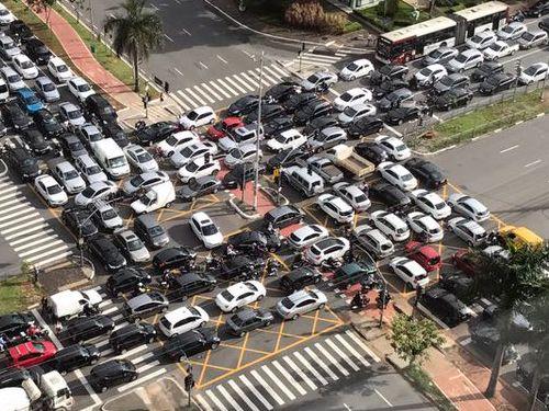 ブラジルのサンパウロで信号機が故障02