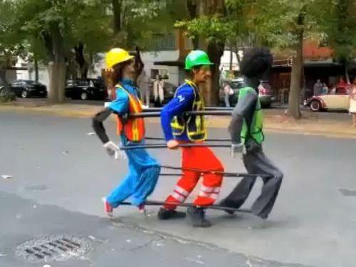 人形とマイケル・ジャクソンのダンスを踊る