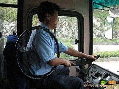 ハンドル外した中国バス運転手00