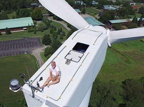風力発電機の上で昼寝05