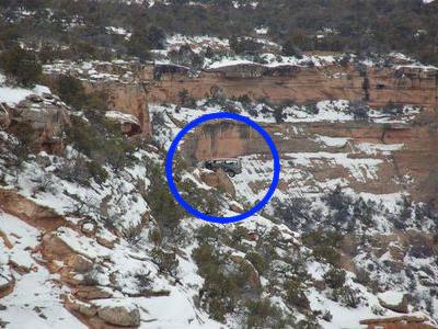 グランドキャニオンの崖の途中に引っかかった車03
