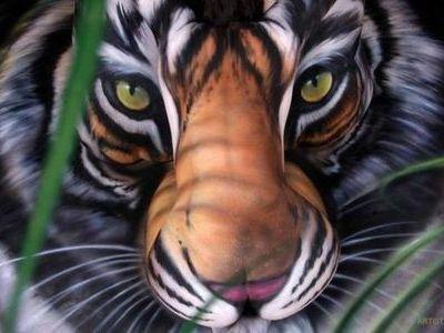 3人の女性のヌードによって描かれた虎のアート00