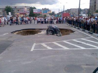 ロシアの駐車場で沈んでいく車02