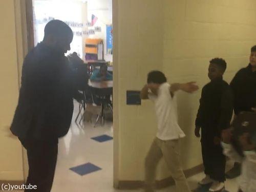 先生が生徒にオリジナルの握手をしてから授業開始05