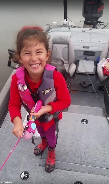 おもちゃの釣竿で大物を釣り02