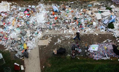 中国のマンションのまわりがゴミだらけ06