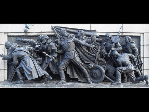 「ブルガリアにはいつもイタズラされている記念碑がある…」独創性の高い荒らされ方