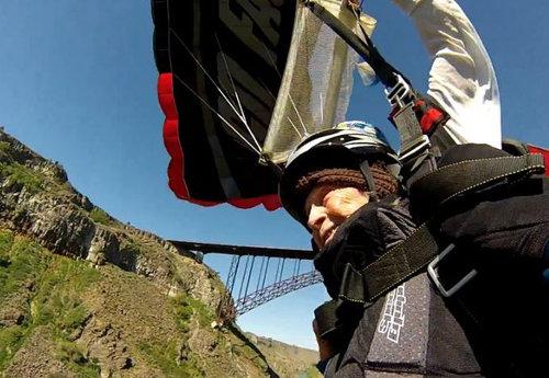 102歳が橋からジャンプ03