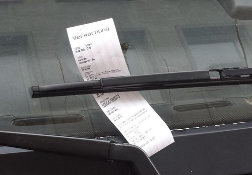 曲がったトラックに駐禁チケット03