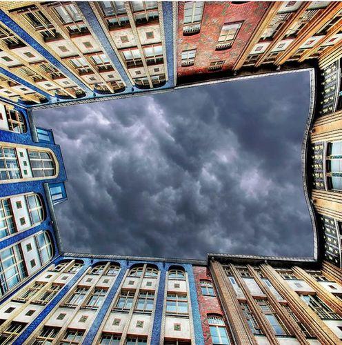 建物から見上げた空05
