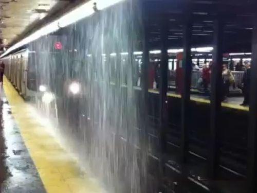 地下鉄が滝状態