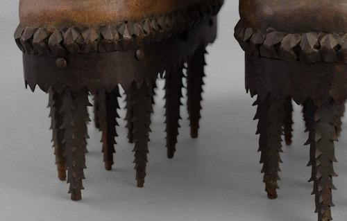 のこぎりのような歯の付いた靴03